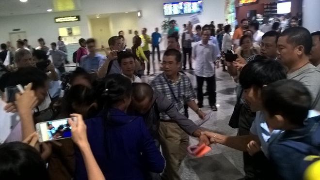 Ba thuyền viên Việt bị cướp biển bắt cóc đã về tới Hà Nội - Ảnh 2.