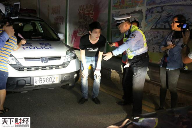 Rọi đèn pha vào mặt người khác, tài xế khốn khổ vì bị xử nặng gấp vạn lần phạt tiền - Ảnh 2.
