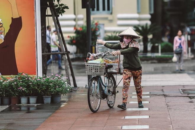 Sài Gòn trở lạnh bất ngờ: Những hình ảnh mưu sinh xúc động - Ảnh 3.