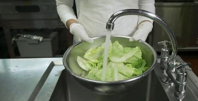 Hướng dẫn rửa rau củ quả đúng cách để loại bỏ thuốc trừ sâu, vi khuẩn