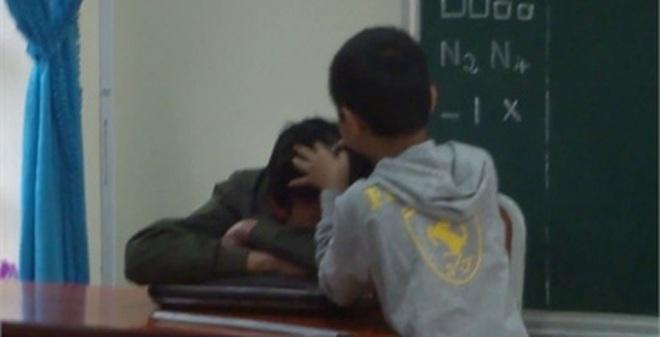 Thầy giáo quay hình học sinh nhổ tóc bạc cho đồng nghiệp