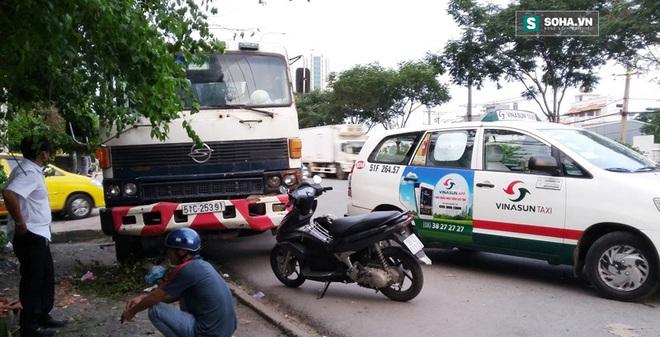 Xe bồn húc văng taxi, người dân ở trạm xe buýt bỏ chạy tán loạn