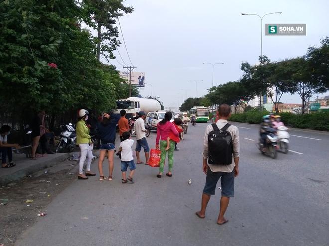 Xe bồn húc văng taxi, người dân ở trạm xe buýt bỏ chạy tán loạn - Ảnh 2.