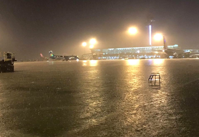 15 hình ảnh chìm trong biển nước sau mưa lớn ở TP HCM và Hà Nội - Ảnh 6.