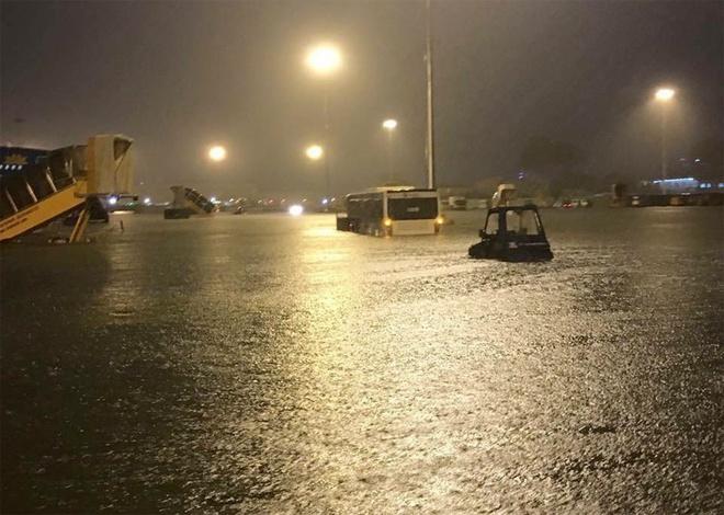 15 hình ảnh chìm trong biển nước sau mưa lớn ở TP HCM và Hà Nội - Ảnh 4.