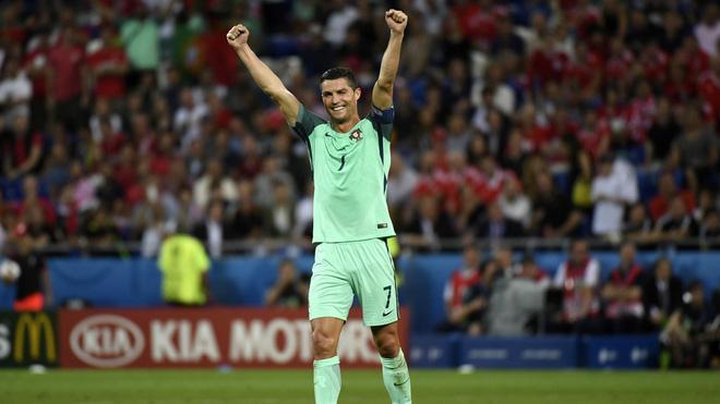 Messi, Ronaldo đang làm gì thế kia? - Ảnh 1.