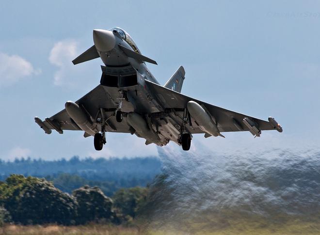 Tiêm kích EF-2000 Typhoon tập hậu, thọc sườn để Su-30 rảnh tay diệt hạm!