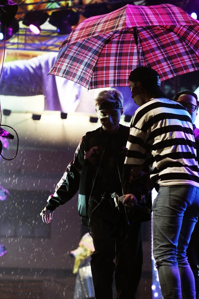 Khán giả đội mưa đi xem liveshow kỳ lạ của Sơn Tùng M-TP - Ảnh 5.
