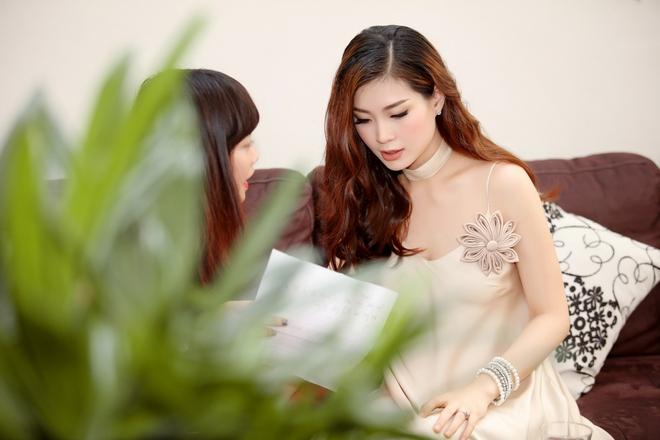 Á hậu Diễm Trang được đưa đón bằng xe sang hơn 10 tỷ đồng - Ảnh 1.