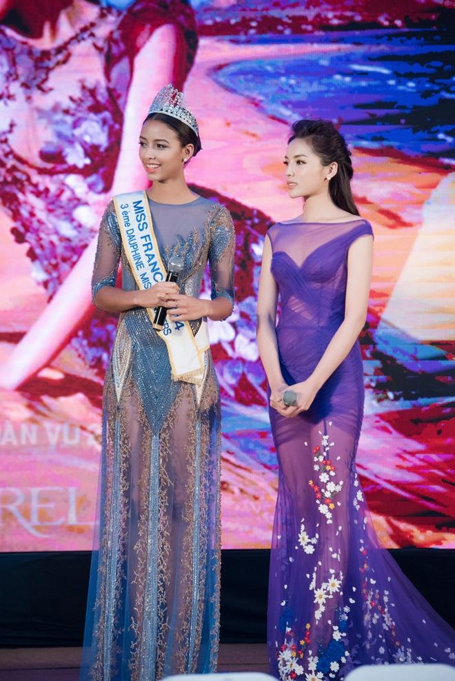 Kỳ Duyên mặc gợi cảm, tự tin đọ sắc cùng Hoa hậu Pháp - Ảnh 4.