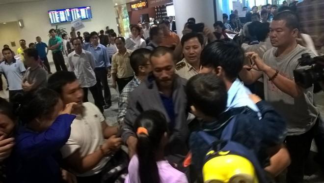 Ba thuyền viên Việt bị cướp biển bắt cóc đã về tới Hà Nội - Ảnh 3.