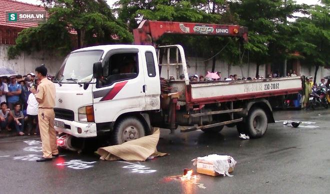 Ngã ra đường, hai nữ công nhân bị xe cán chết thương tâm - Ảnh 1.