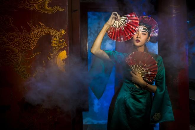 Siêu mẫu Hà Phương, Hạ Vy đầy ma mị với hình ảnh cô đồng - Ảnh 1.