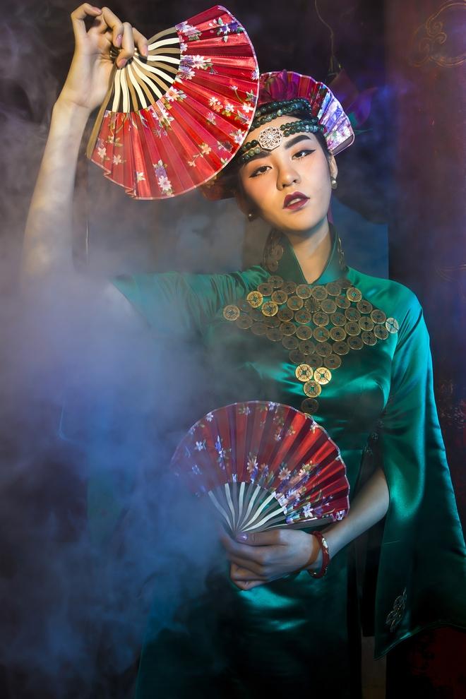 Siêu mẫu Hà Phương, Hạ Vy đầy ma mị với hình ảnh cô đồng - Ảnh 2.