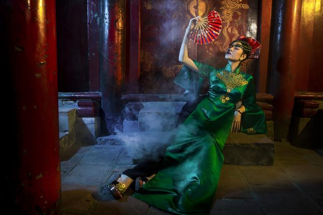 Siêu mẫu Hà Phương, Hạ Vy đầy ma mị với hình ảnh cô đồng - Ảnh 4.