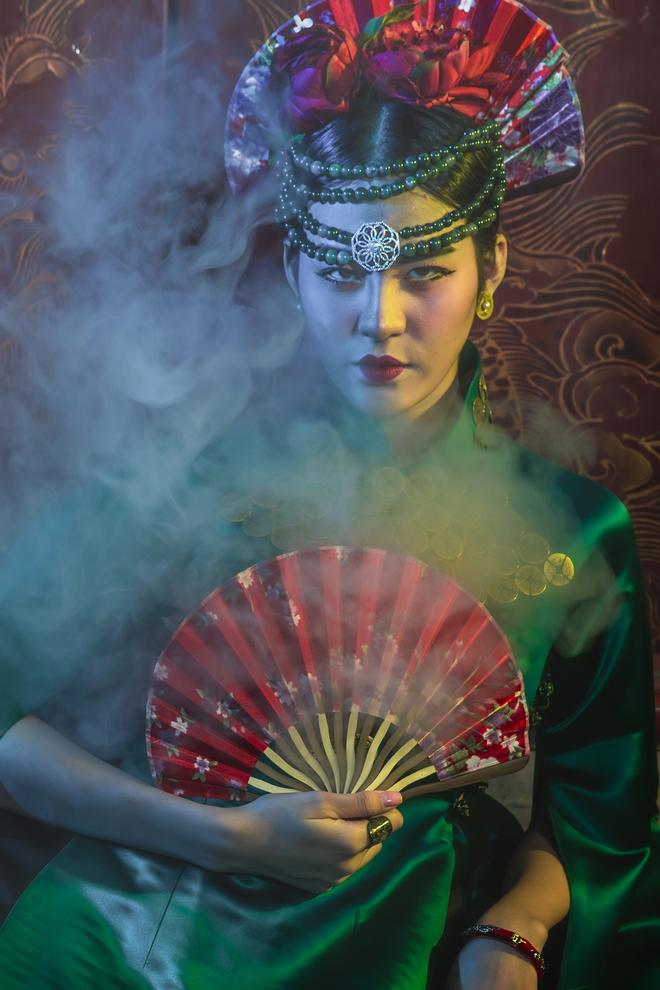 Siêu mẫu Hà Phương, Hạ Vy đầy ma mị với hình ảnh cô đồng - Ảnh 6.