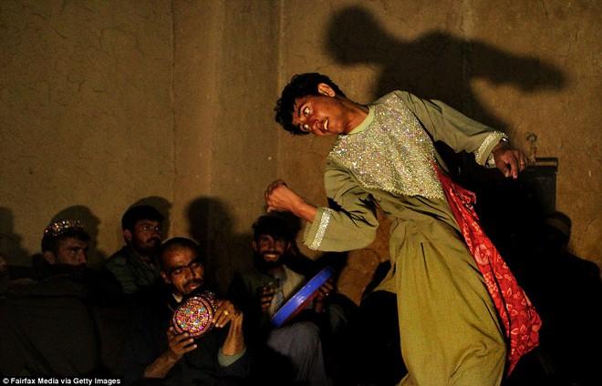 Trai nhảy kiêm nô lệ tình dục trong thế giới của những gã nhà giàu bệnh hoạn - Ảnh 2.