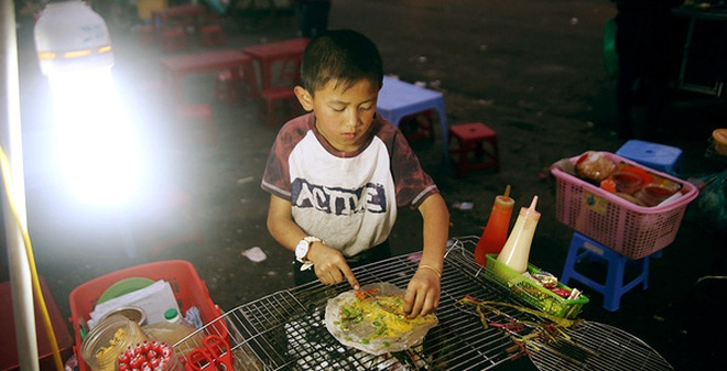 Hoàn cảnh khó nhọc của cậu bé 10 tuổi bán bánh tráng nướng nổi tiếng tại chợ Đà Lạt