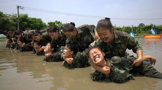 7 ngày qua ảnh: Nữ tiếp viên hàng không tập luyện chống khủng bố - Ảnh 3.