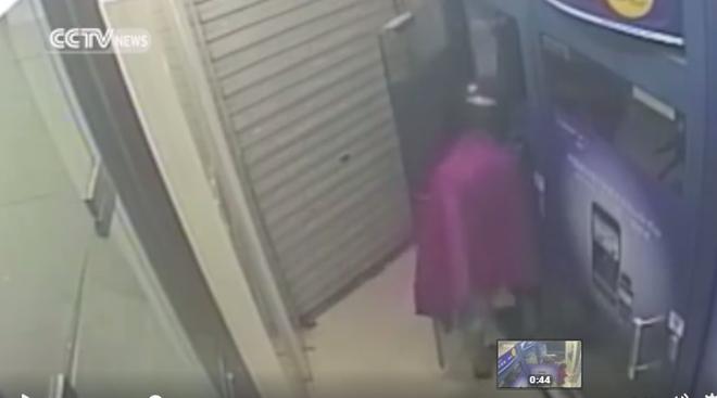 Cô gái trẻ hồn vía lên mây khi bị cướp xồ vào uy hiếp tại cây ATM - Ảnh 3.