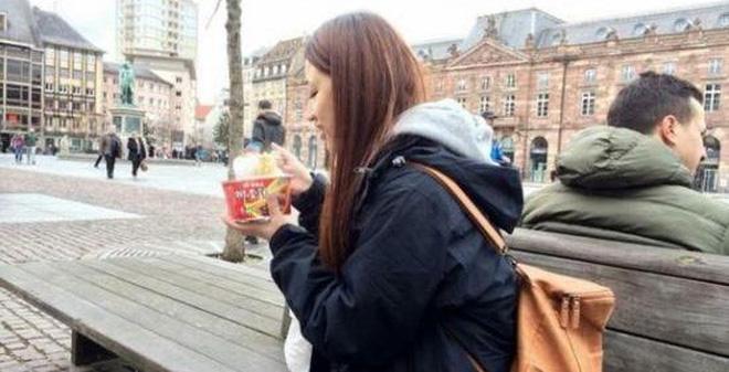 Du lịch nước ngoài, 60% người Trung Quốc vẫn ăn mỳ ăn liền