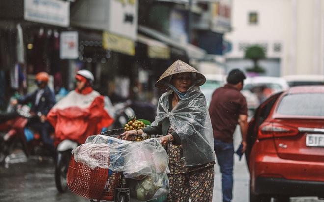 Sài Gòn trở lạnh bất ngờ: Những hình ảnh mưu sinh xúc động