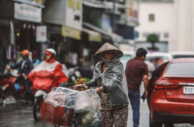 Sài Gòn trở lạnh bất ngờ: Những hình ảnh mưu sinh xúc động - Ảnh 7.