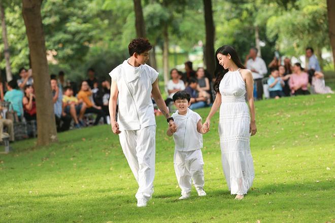 Con trai Trương Quỳnh Anh cười tít mắt khi diễn thời trang - Ảnh 5.