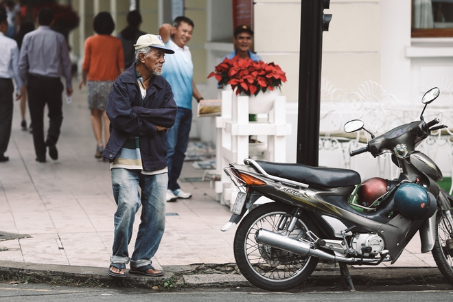 Sài Gòn trở lạnh bất ngờ: Những hình ảnh mưu sinh xúc động - Ảnh 8.