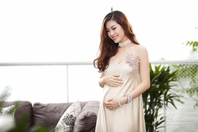 Á hậu Diễm Trang được đưa đón bằng xe sang hơn 10 tỷ đồng - Ảnh 5.