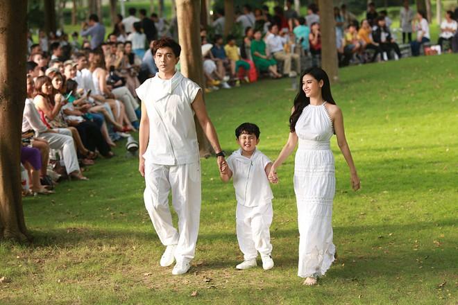 Con trai Trương Quỳnh Anh cười tít mắt khi diễn thời trang - Ảnh 4.