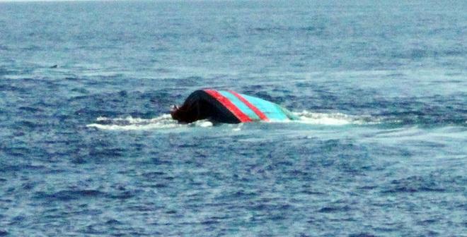 Cứu 12 thuyền viên trên tàu cá bị tàu lạ đâm chìm