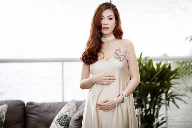Á hậu Diễm Trang được đưa đón bằng xe sang hơn 10 tỷ đồng - Ảnh 6.