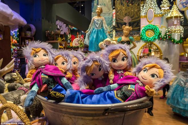 Sự thật trần trụi đằng sau những món đồ chơi đắt tiền của Disney - Ảnh 8.
