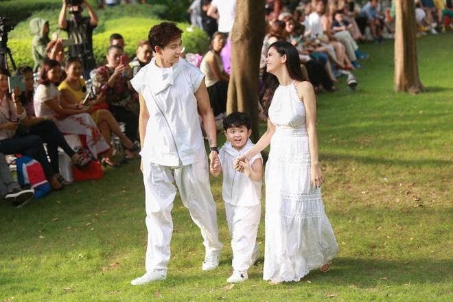 Con trai Trương Quỳnh Anh cười tít mắt khi diễn thời trang - Ảnh 1.