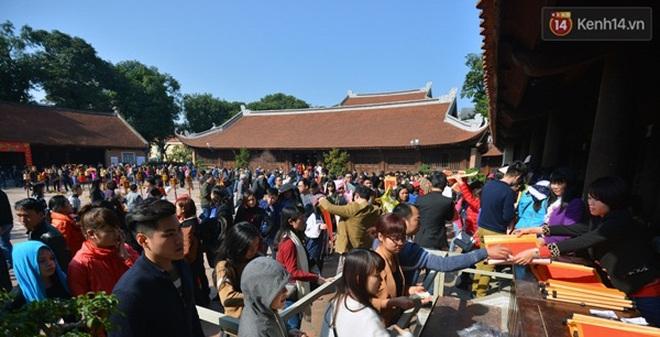 Hà Nội: Chen chân đội nắng xếp hàng xin chữ đầu năm tại Văn Miếu