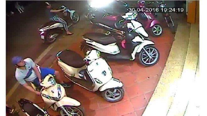 Chỉ 1 vài động tác, nam thanh niên đã trộm được xe giữa phố - Ảnh 4.