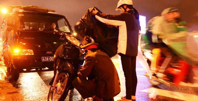 Công an Đà Nẵng sửa xe giúp người dân lúc nửa đêm