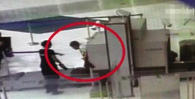 Không muốn đợi kiểm tra an ninh, người đàn ông chui luôn vào đường quét hành lý