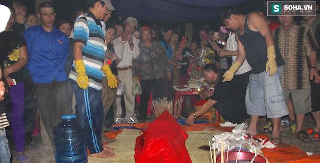 Cá voi hơn 80kg dạt vào bờ, ngư dân Nghệ An lập bàn thờ mai táng