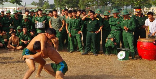 Lính Đặc công đấu vật vui xuân