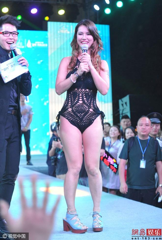 Maria Ozawa mặc áo tắm lên sân khấu giao lưu - Ảnh 3.