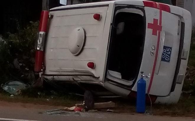 Được chở lên tuyến trên cấp cứu, bệnh nhân bị tử vong do lật xe cứu thương