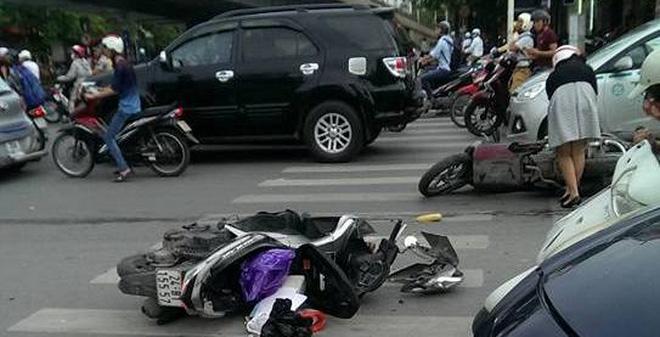 Hàng chục người nhấc bổng đầu xe Santafe giải cứu người phụ nữ