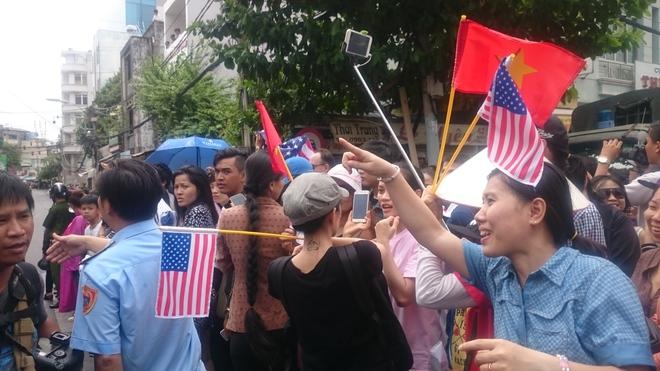 Người dân TP HCM hào hứng chào đón đoàn xe TT Mỹ Obama - Ảnh 15.