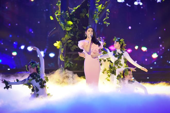 Hành động gây xôn xao của Tuấn Hưng khi hát tại Hoa hậu Việt Nam - Ảnh 5.