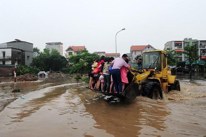 10 hình ảnh lạ trong trận ngập nặng ở Hà Nội - Ảnh 10.