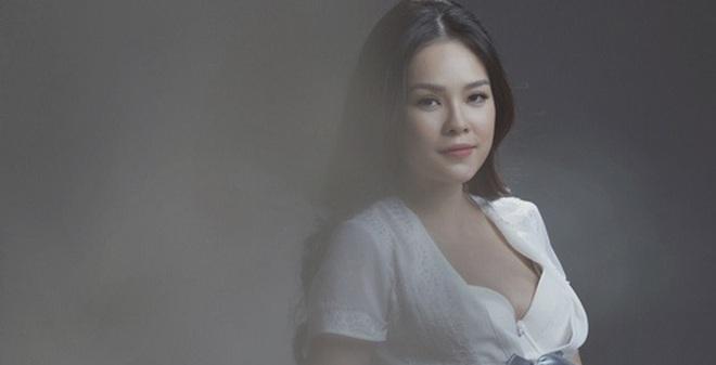 Dương Cẩm Lynh mặc gợi cảm khoe bụng bầu 9 tháng
