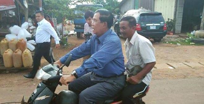 Thủ tướng Campuchia đi xe máy không đội mũ bảo hiểm, bị công an bắt