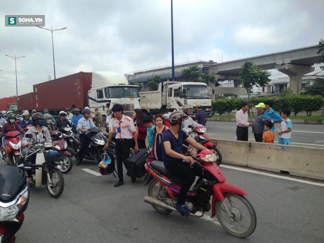 Hành khách hốt hoảng la hét sau tai nạn liên hoàn trên xa lộ - Ảnh 1.